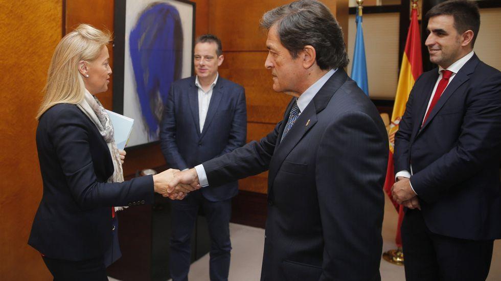 El presidente del Principado de Asturias, Javier Fernández (2d), y la presidenta de Foro, Cristina Coto (i), al inicio de la reunión para abordar la negociación del proyecto de Presupuestos Generales del Principado de Asturias para 2018