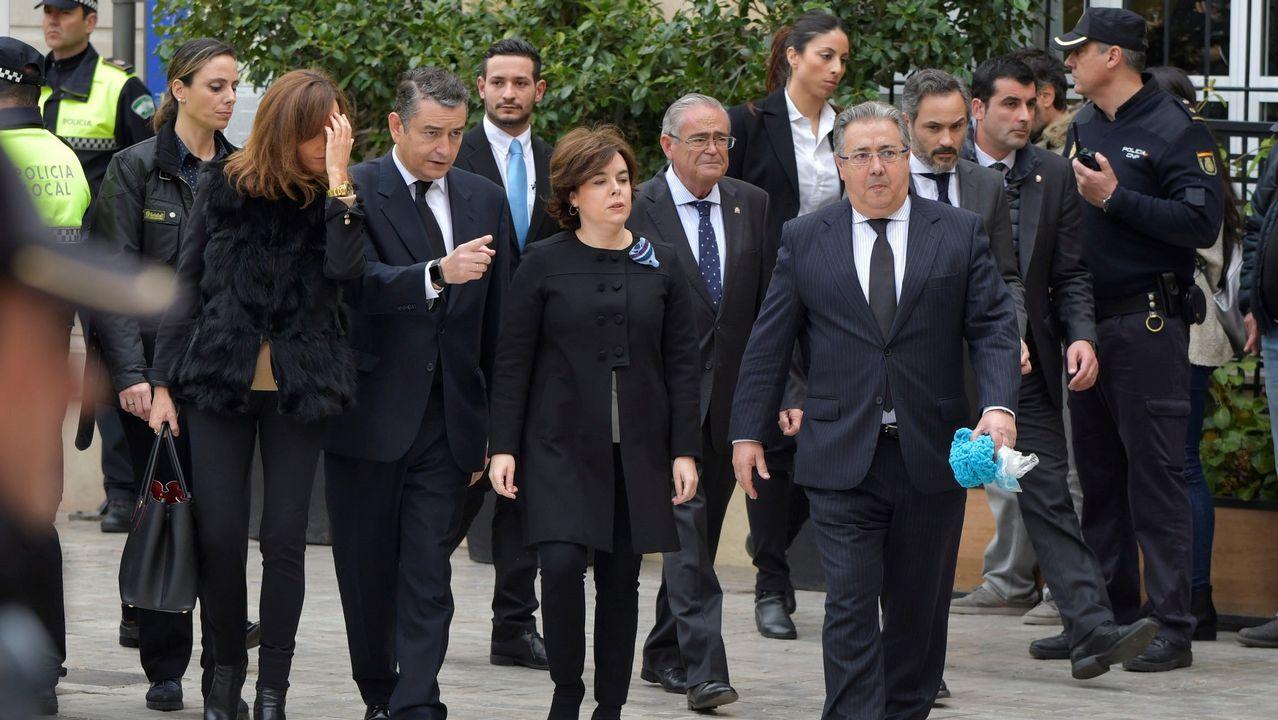 El ministro del Interior, Juan Ignacio Zoido, emocionado con la bufanda azul de Gabriel que le regaló la madre. Patricia Ramírez la llevó puesta desde que desapareció el pequeño el 27 de febrero