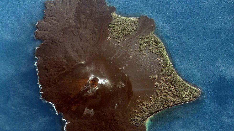 Foto aérea de la isla formada por el volcán Krakatoa