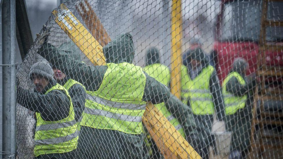 Varios convictos trabajan en la construcción de la nueva valla