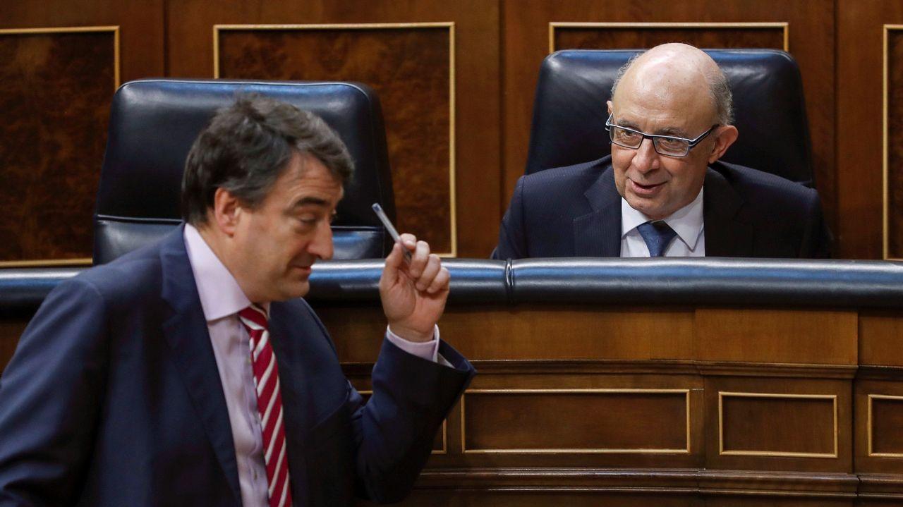 El ministro de Hacienda, Cristóbal Montor, convesa con el portavoz del PNV, Aitor Esteban