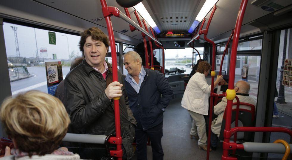 Una comitiva política liderada por el alcalde no quiso perder la ocasión de subirse en Meicende.