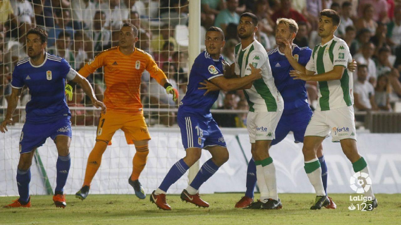 Tejera Real Oviedo Extremadura Carlos Tartiere.Alfonso Herrero a la salida de un córner