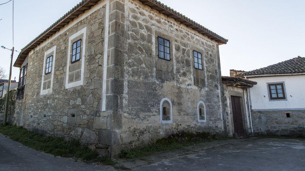 Fachada decorada en Barantes de Arriba, en Sober
