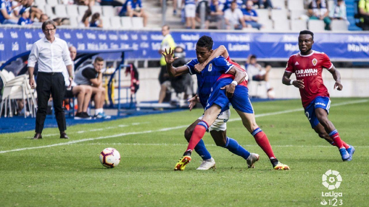 Barcenas Lasure Igbekeme Real Oviedo Zaragoza Carlos Tartiere.Barcenas trata de avanzar con el esferico ante Lasure e Igbekeme