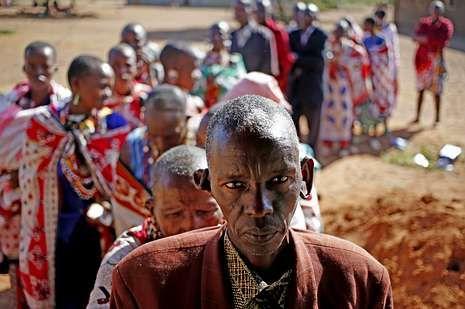 Un grupo de masais hacen cola para votar.