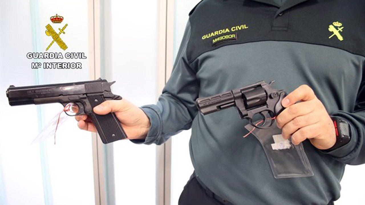 Así es el guajín de Boo.Un guardia civil muestra dos armas cortas