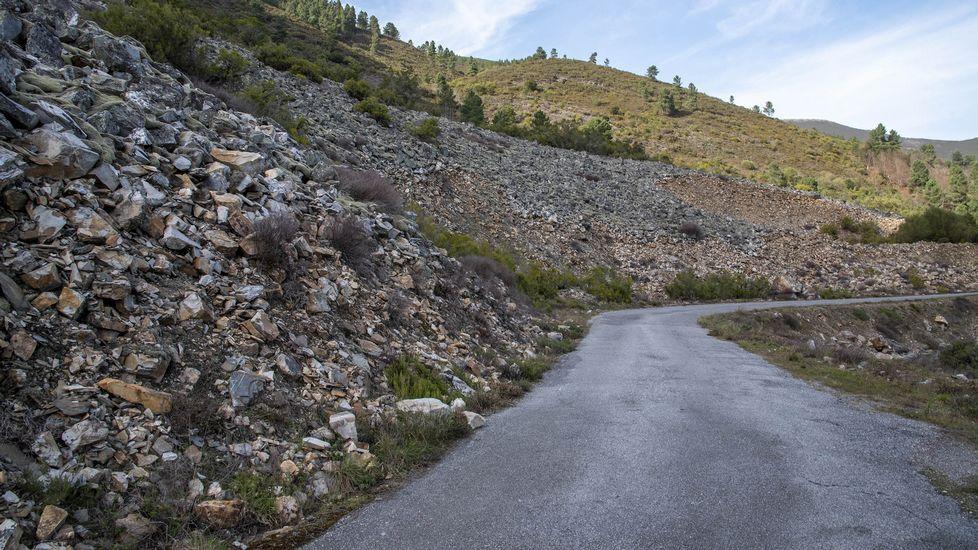 El pedregal es atravesado por una carretera y un camino