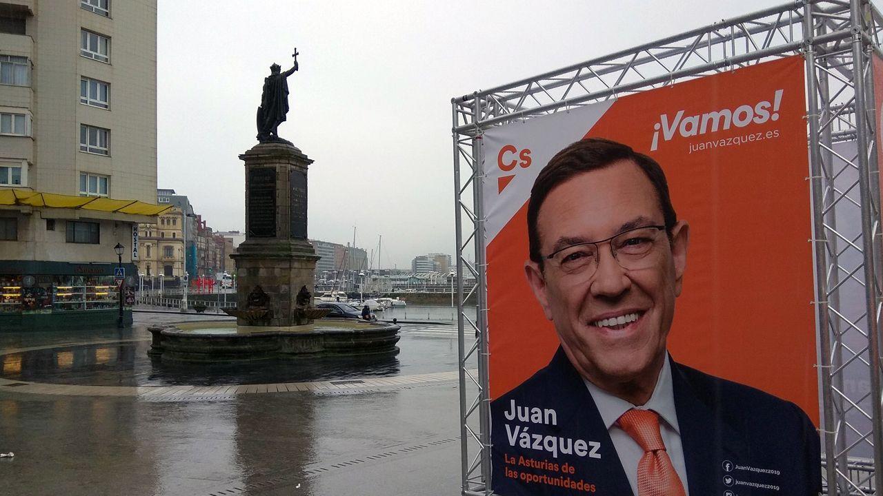 Cartel electoral de Ciudadanos, con el rostro de Juan Vázquez, situado junto a la estatua de Pelayo, en Gijón