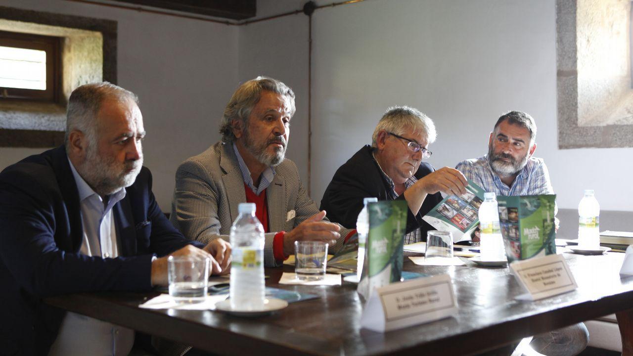 Isabel García Tejerina junto a los representantes de ONG.Un lobo en el cercado de Belmonte