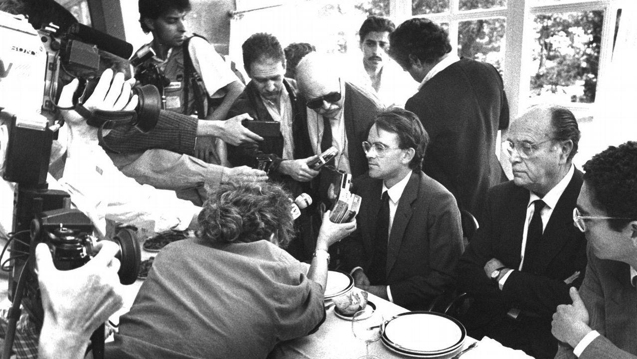 .Entrevista de los medios de comunicación a Antonio Hernández Mancha como candidato de Alianza Popular a la presidencia del Gobierno tras la presentación de la moción de censura al presidente de la Xunta de Galicia Gerardo Fernández Albor en 1987