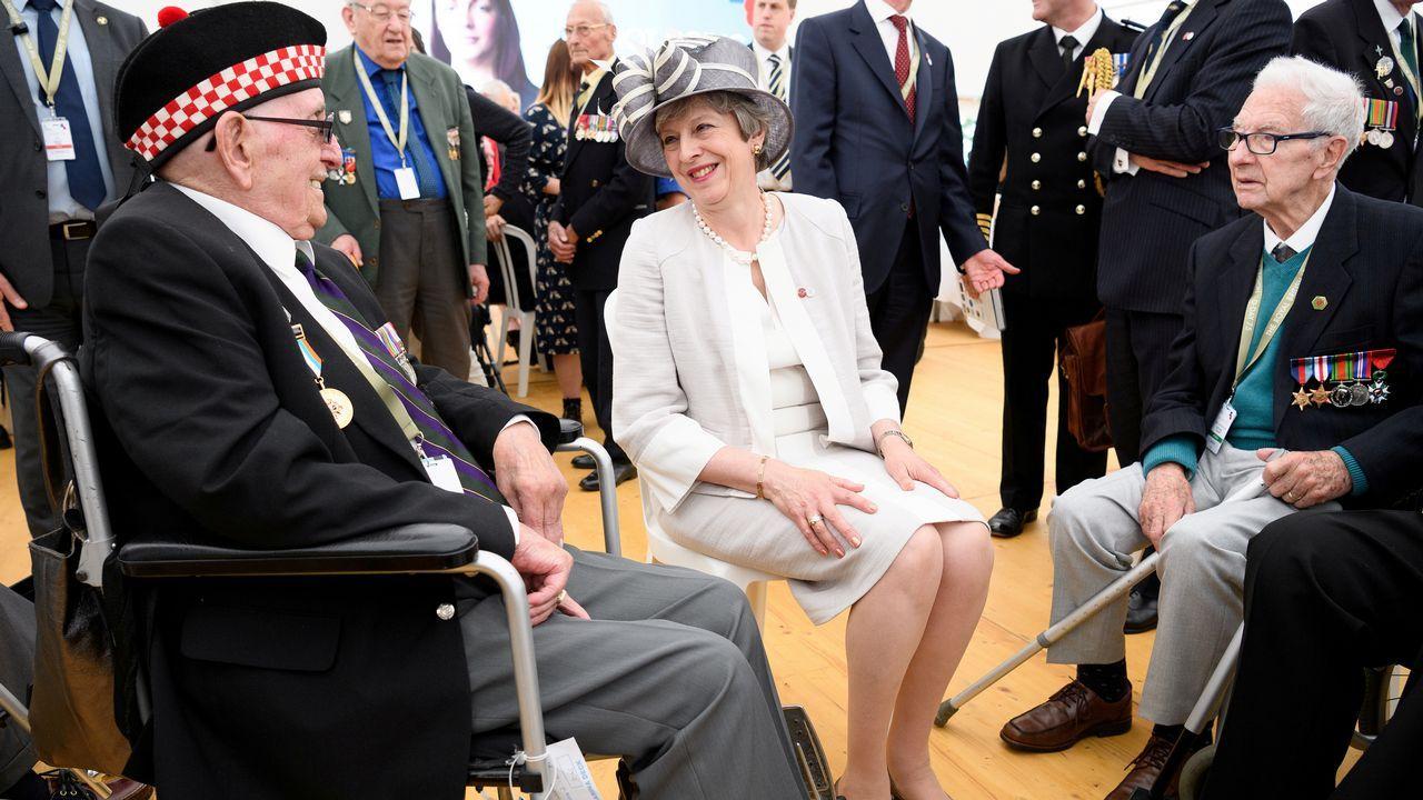 Jokanovic Real Oviedo Fulham Horizontal.May charla con veteranos en  durante una ceremonia en el cementerio de la Commonwealth con motivo del 75º aniversario del desembarco de Normandía