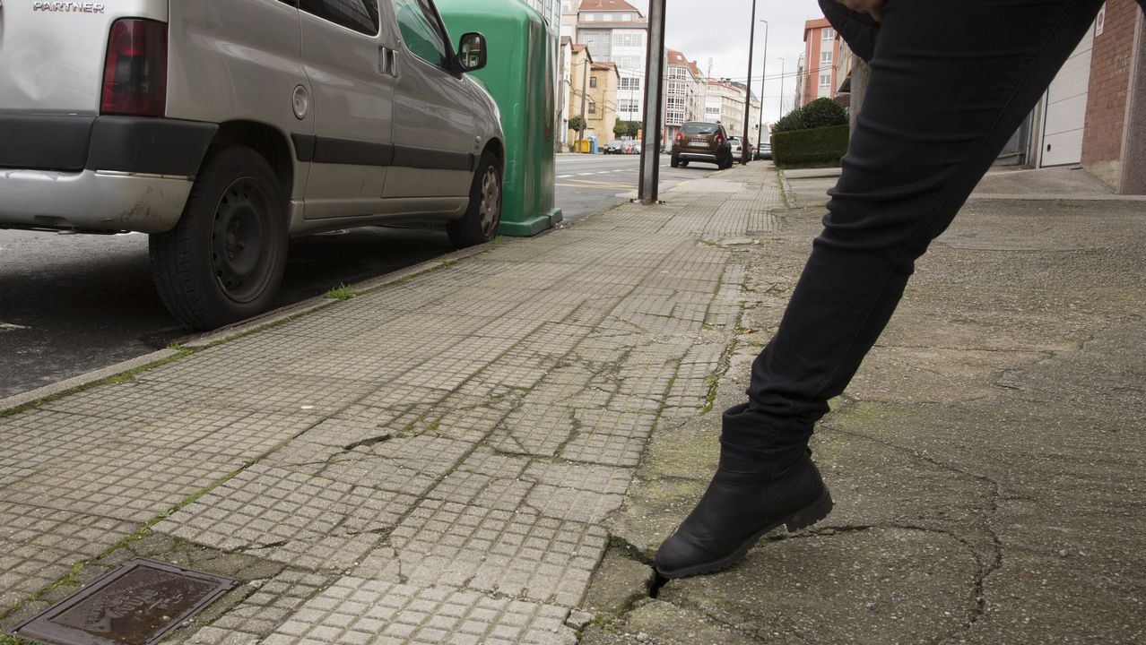 Deficiencia en una acera situada en la calle Vázquez de Parga de Carballo, en pleno centro urbano.