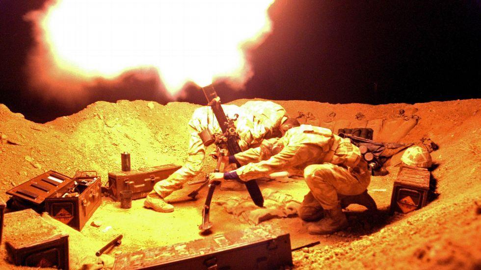 Imagen de archivo. Soldados británicos disparando un mortero.
