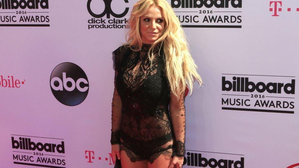 En la alfombra roja llamó la atención el modelito que lució Britney Spears, de encaje negro.