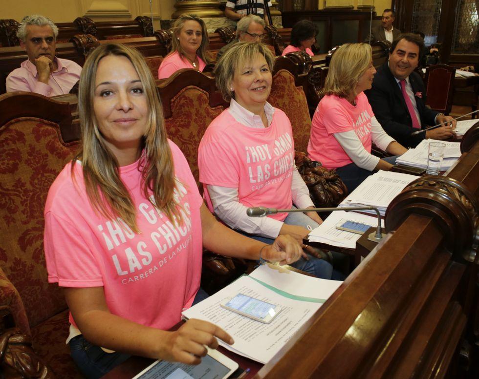 .Los concejales del PP vistieron de rosa, en apoyo a la Carrera de la Mujer.