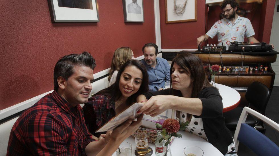 .Ambiente en la Barbería en una cena con pinchadiscos