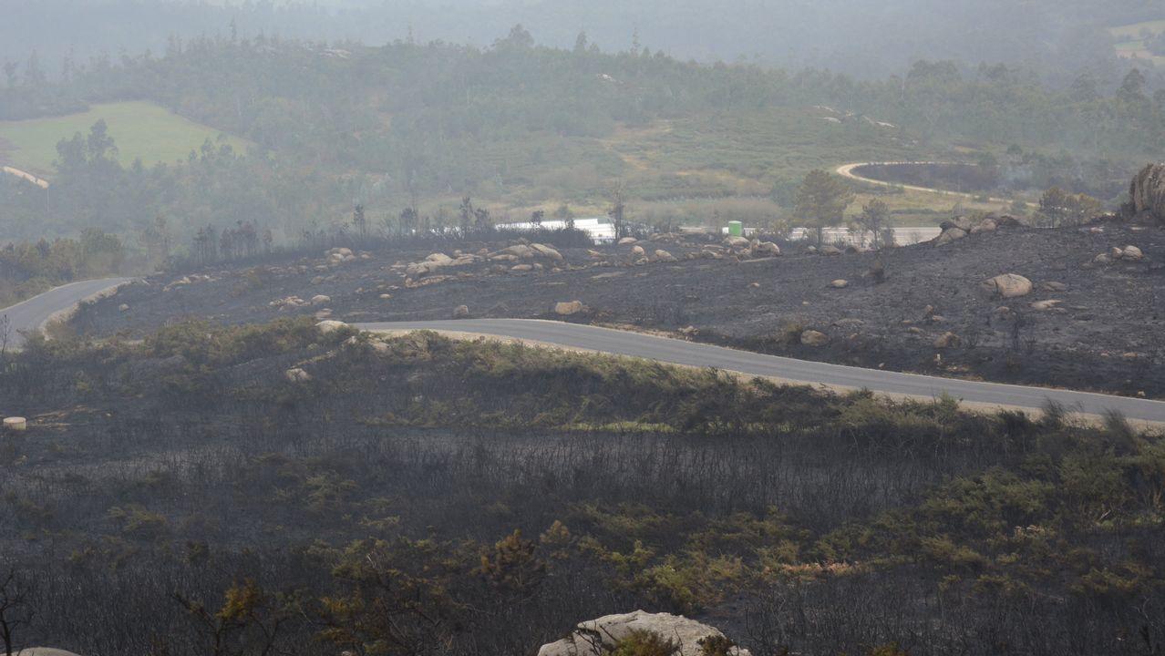 El fuego cercó la parroquia de A Pena en Negreira