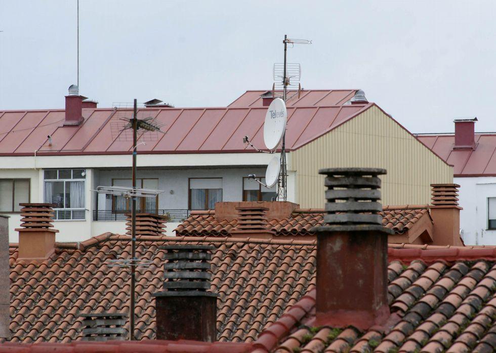.Imagen de antenas colocadas en tejados del centro de la capital ourensana.