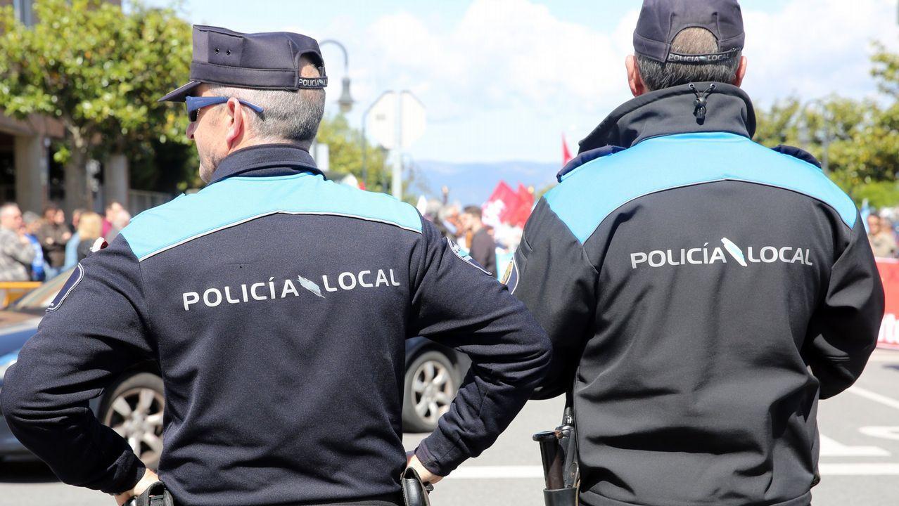 Trabajadores en huelga de las ambulancias protestan ante el conselleiro de Sanidade Vazquez Almuíña en A Illa de Arousa