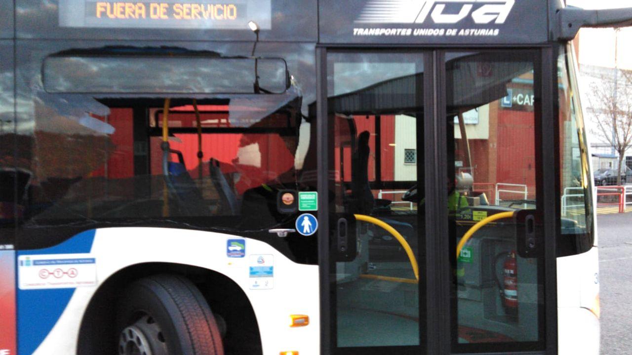 Autobús TUA con la luna rota