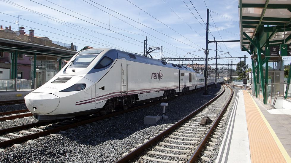 Renfe reparte platos de cartón para abanicarse en un tren averiado en Ourense