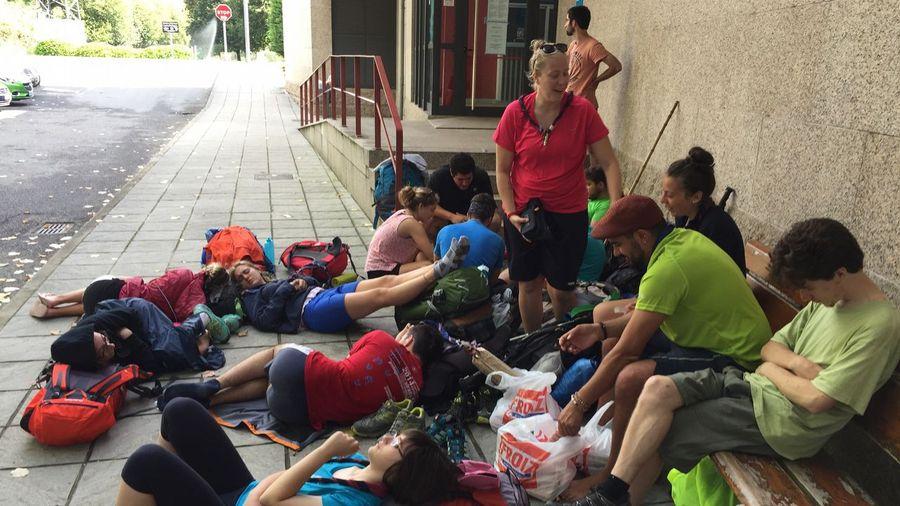 Peregrinos esperando la apertura del albergue de la Xunta de O Porriño :: Albergues del Camino Portugués