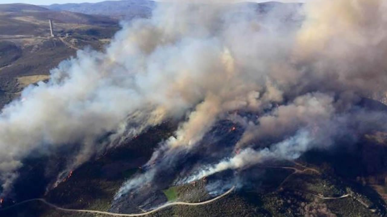 Espectaculares imágenes del incendio en Palacios del Sil.Imagen del incendio que amenaza una zona de urogallos y osos pardo en el límite entre Cangas del Narcea y León