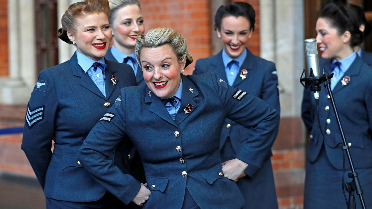 El grupo vocal The D-Day Darlings participa en una ceremonia en el memorial de la guerra, en la estación ferroviaria St Pancras International de Londres
