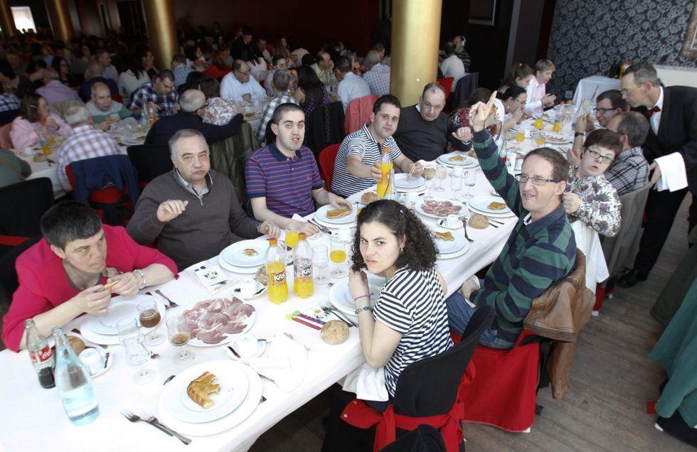 .Los asistentes al homenaje disfrutaron de la comida de confraternidad.