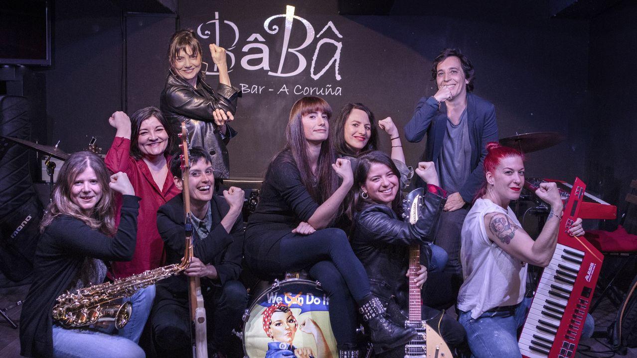 De izquierda a derecha: Patricia Cadaveira,  Celina Santamaría,  Cristina Toba (arriba),  Lucía Fernández (abajo con un bajo), Nora Gabrieli, Eva Piñeiro, Carolina Rubirosa, Carola Prego y Marian Ledesma.