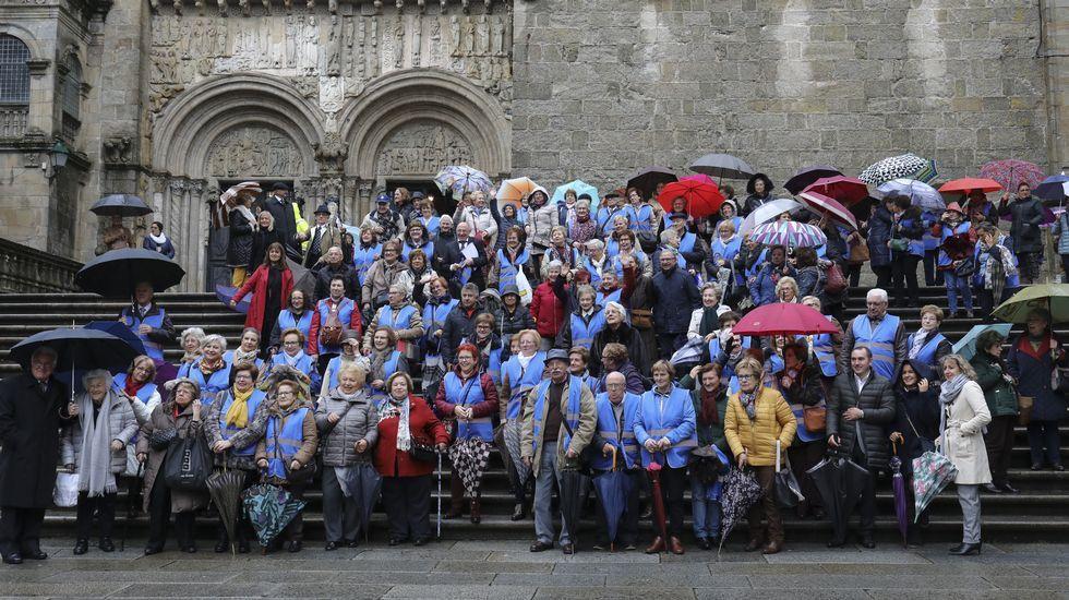 Cuando aguantar el paraguas se convierte en misión imposible.Juan Luis (derecha) recogiendo el reconocimiento