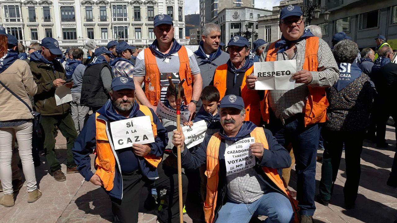 .Un grupo de cazadores durante la manifestación a favor de la caza en Oviedo