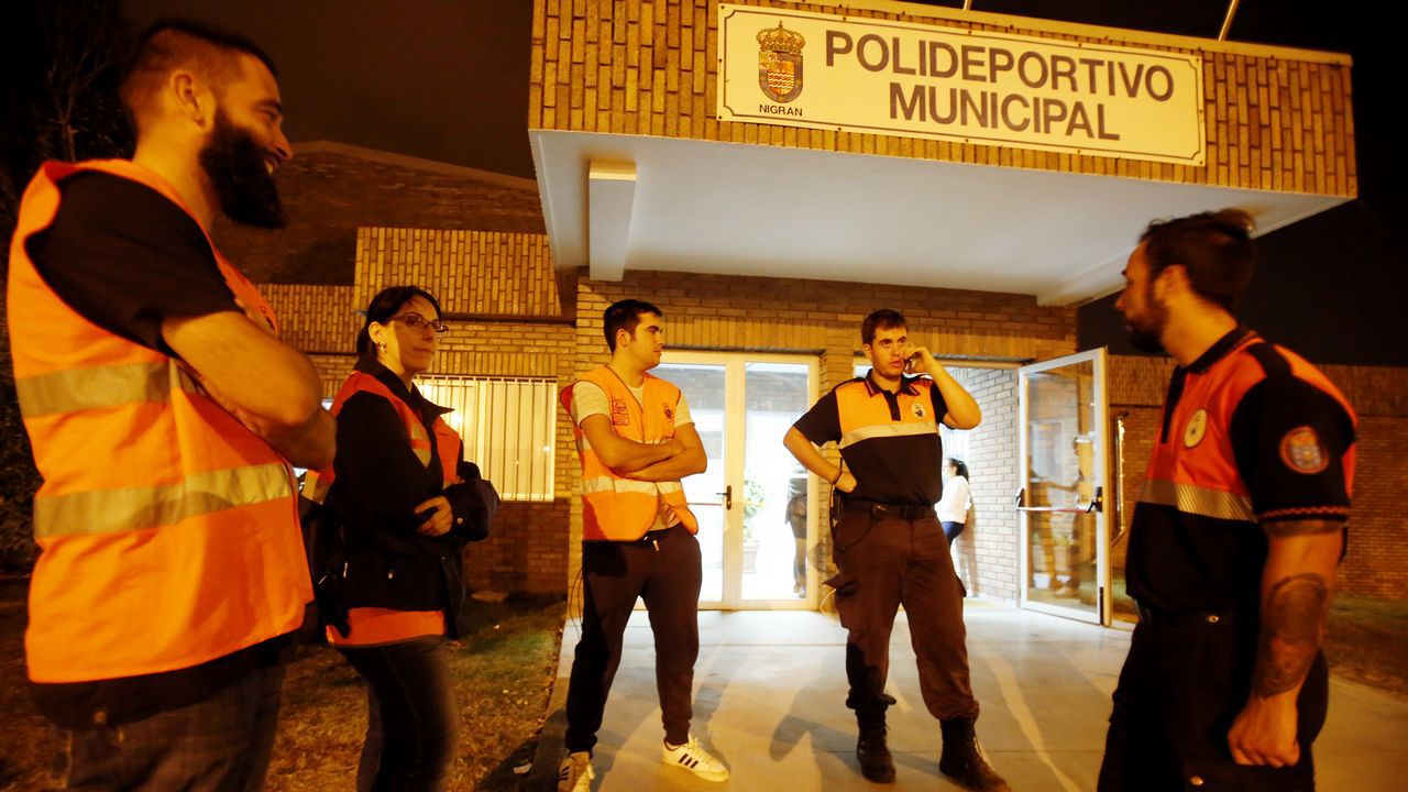 Voluntarios en el pabellón de Panxón.