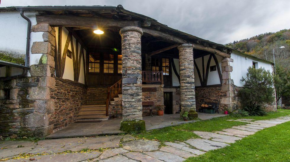 El hospedaje de turismo rural Penacoba se ubica en una antigua casa a la que pertenece la ferrería que se conserva en el mismo lugar