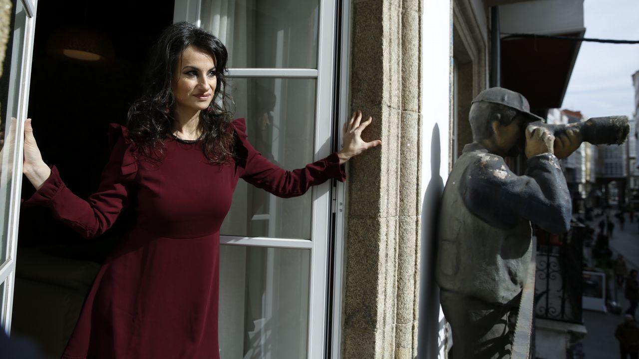 Yolanda Castaño, asomada ao balcón da residencia de escritores que pon en marcha na rúa coruñesa Rego de Auga