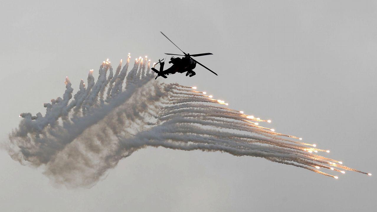 .Un helicóptero apache taiwanés realiza maniobras durante un ejercicio militar