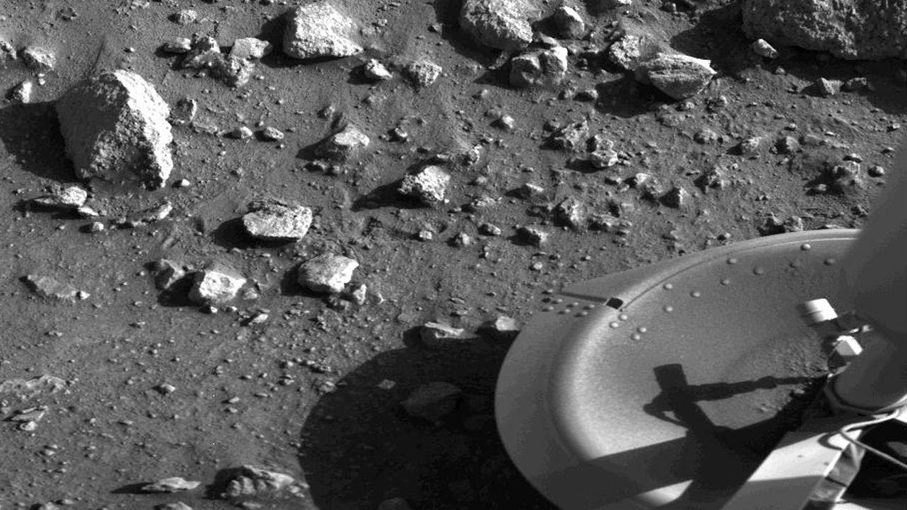 .La sonda Viking Lander 1 despejó cualquier duda. Minutos después de amartizar en Chryse Planitia  el 20 de julio de 1976, envió esta histórica fotografía, que La Voz reprodujo en su primera página.  Hizo muchas más, pero solo había en ellas polvo y rocas. Ni rastro de vida.