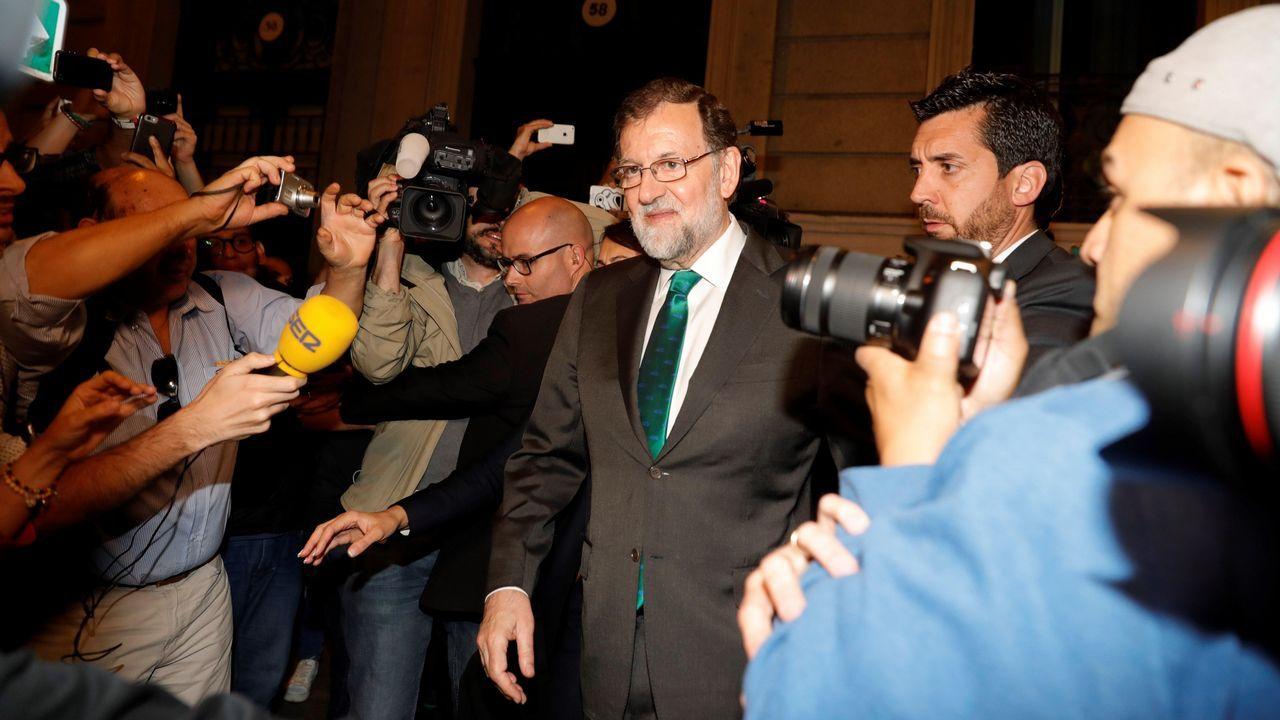 Rajoy sale del restaurante donde pasó ocho horas.Rajoy, a la salida del restaurante donde pasó la tarde, mientras en el Congreso los grupos de la oposición debatían la moción de censura contra él