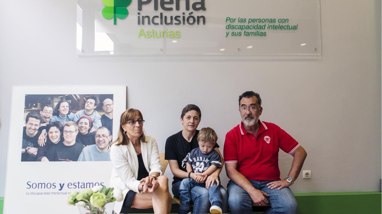 La directora del Plena Inclusión Asturias, Casilda Sabín, con Carlos Carlos Borreguero, María José González y su hijo Ekaitz