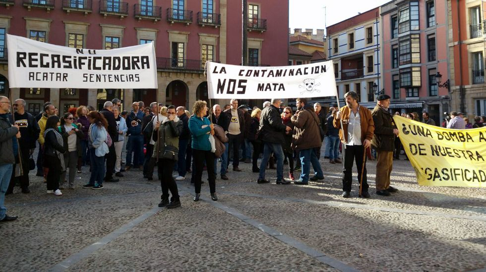 Protesta de la plataforma contra la contaminación en la plaza del Ayuntamiento de Gijón.Protesta de la plataforma contra la contaminación en la plaza del Ayuntamiento de Gijón