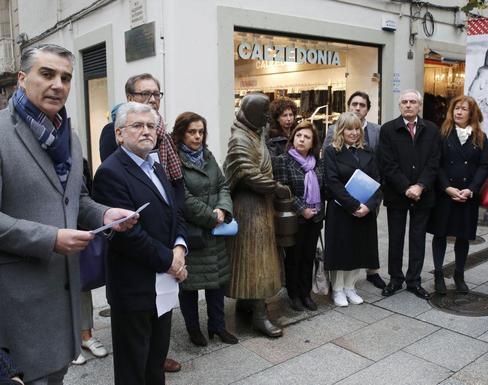 <span lang= gl >«¿E que fago agora con 62 anos?»</span>.Viso, a la izquierda, en un acto del PP celebrado en Ourense.