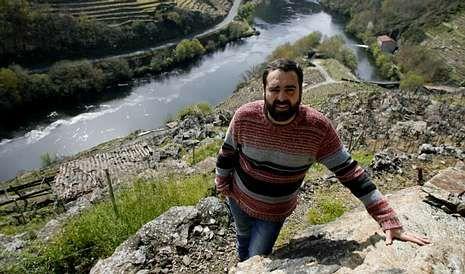 El enólogo Roberto Regal, promotor del proyecto Enonatur, en uno de los viñedos de la ribera del Miño que se alquilarán.