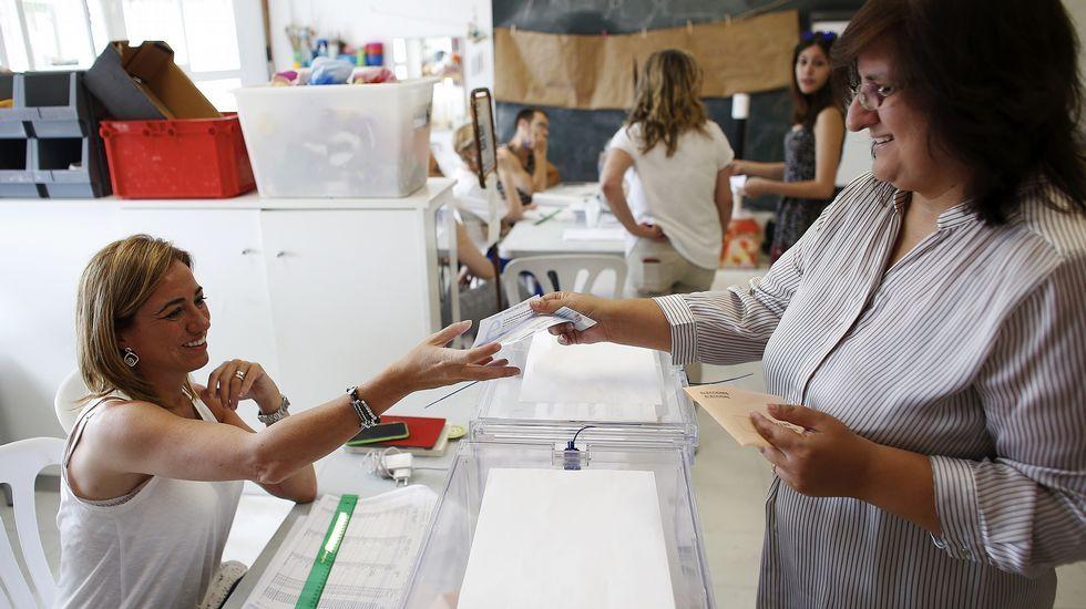.Carme Chacón, miembro de la ejecutiva federal del PSOE, ejerce de vocal en una mesa del colegio electoral de Esplugues de Llobregat.