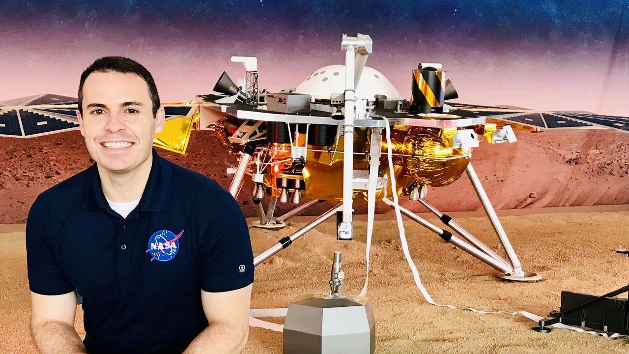 Fernando Abilleira, que lleva 14 años en la NASA, con la imagen del robot que aterrizará el lunes en Marte