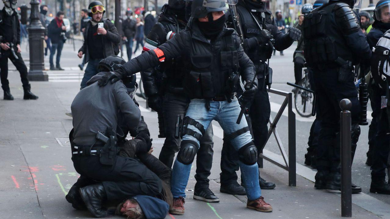Antidisturbios detienen a un manifestante en el centro de París.El pase de cultura fue una de las promesas de campaña de Macron