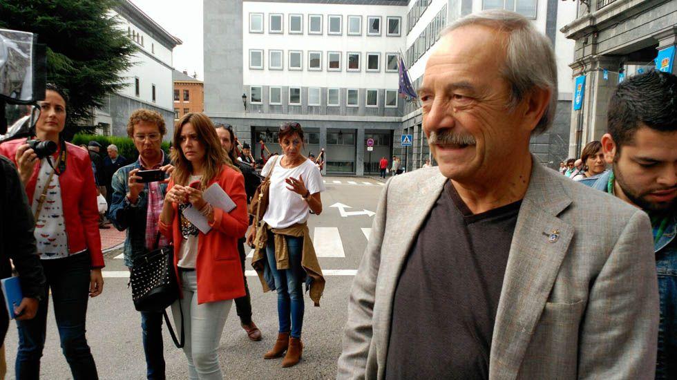 Rubén Rosón se dirige a Agustín Iglesias Caunedo, al término de un pleno de Oviedo.Wenceslao López atendiendo a los medios en San Mateo