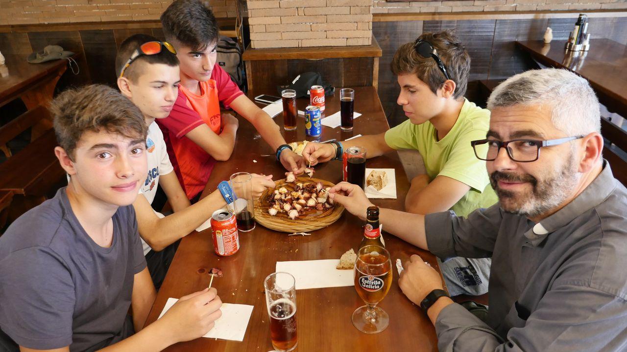 Seminaristas de Badajoz en Melide probando el cefalópodo más famoso de Galicia