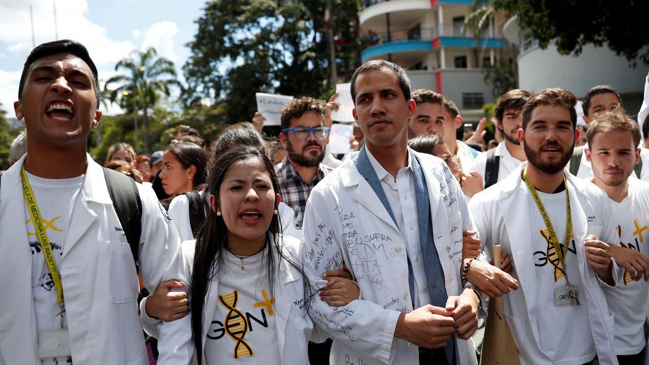Venezuela se echa a la calle para reclamar elecciones libres.Guaidó, en el centro durante la manifestación de este miercoles, suma un importante respaldo de la comunidad internacional para completar la transición democrática en Venezuela