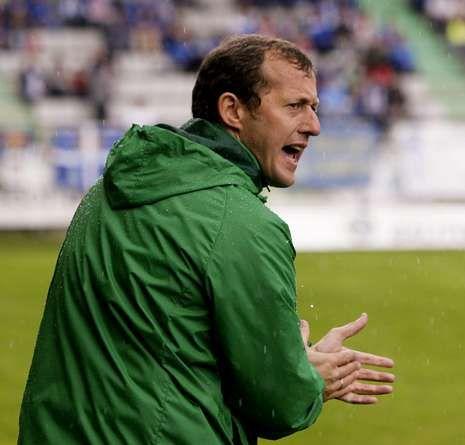 El entrenador ferrolano da instrucciones durante el partido ante el Oviedo en A Malata.